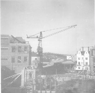 A házsongárdi Cigánypatak Szentgyörgy (Béke) téri csatornája fölötti Diákház építése 1961-ben. Már bontják a felvétel jobb oldalán, a tér északi, rézsútos oldalán álló kétemeletes házat.