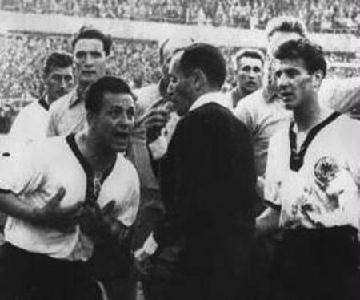 A patinás felvétel 1958-ban készült: Zsolt István 1958-ban, a svéd–német mérkőzésen kiállítja Erich Juskowiakot (hiába tiltakoznak testületileg a fehérmezes németek)