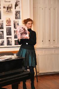Az oké a színésznők kedvelt elfoglaltsága volt a próbák és az előadások szünetében, magyarázta Szebeni Zsuzsa, a tárlat kurátora (FARKAS BÁLINT felvétele)