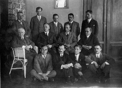 Az 1928. június 8-án Szegeden megrendezésre került matematikus találkozó résztvevői. Balról jobbra haladva állnak: Riesz Frigyes (1880-1956), Kerékjártó Béla (1898-1946), Haar Alfréd (1885-1933), Kőnig Dénes (1884-1944), Ortvay Rudolf (1885-1945). A középső sorban balról jobbra haladva ülnek: Kürschák József (1864-1933), George David Birkhoff (1884-1944), Oliver Dimon Kellogg (1878-1932), Fejér Lipót (1880-1959). Lent ülnek balról jobbra haladva: Radó Tibor (1895-1965), Lipka István (1899-1990), Kalmár László (1905-1976) és Szász Pál (1901-1978).