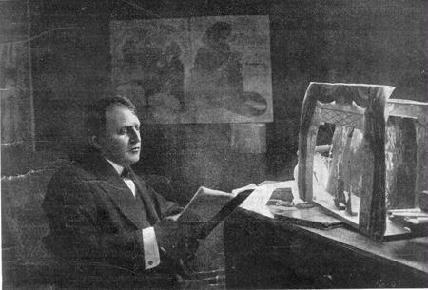 Janovics díszletet tanulmányoz – ARCHÍV FELVÉTEL