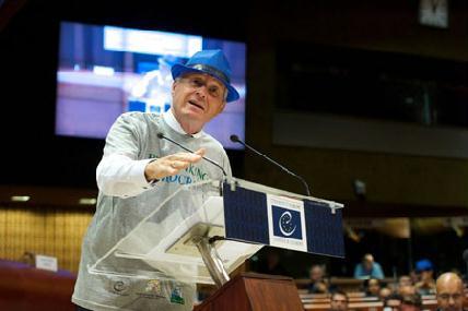 Thorbjørn Jagland, az Európa Tanács főtitkára ajándék pólóban, ajándék kék kalappal - CANDICE IMBERT/EURÓPA TANÁCS