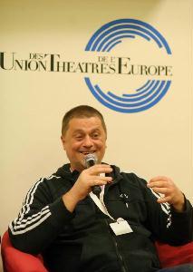 Úgy tűnik, Urbán András megőrizte jókedvét az előadás utáni beszélgetés alatt is (Fotó: Biró István)