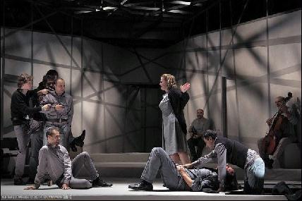 A Mohácsi testvérek művéből készült produkciót – amelyet a legjobb előadás díjával jutalmaztak a kritikusok – tavaly októberben mutatta be az Örkény István Színház (Fotó: Toldy Miklós)
