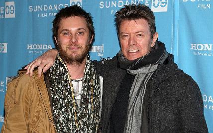 David Bowie (jobbra) fiával, Duncan Jones filmrendezővel