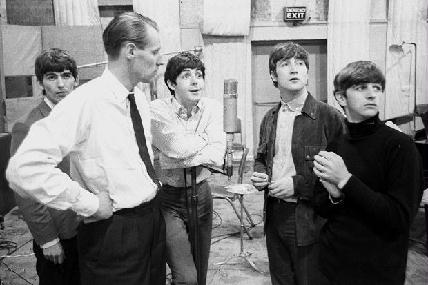 George Martin (fehér ingben és nyakkendőben) több mint 700 lemez producere volt