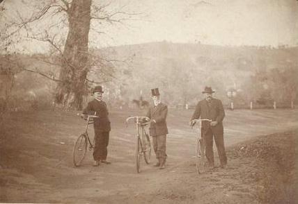 A sétatéri kerékpárpálya 1897-ben. A fényképen (balról) Melitskó Frigyes, Haller Károly és Gidófalvi István