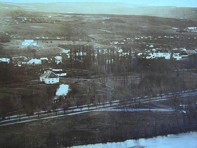 Veress Ferencnek az 1859-ben, a Fellegvárról készült felvétele. Előtérben a Sétatér és fő sétánya, a Libucgáti malom, a kerekéről tajtékzó vízzel. A malomtól kissé jobbra, a fehér épület a Bodányi Sándor 1869. évi térképén feltüntetett vasgyár. Később olajgyár lett. Kissé jobbra, a Nép (Bem, Coşbuc) utcai jegenyesor látható. A malom fölött a Mikó-kert, közepén a villa. Fölötte a Hajnal negyed helye. A kép felső szélén a Feleki-tető, jobbra az Árpád-tető. Veress Ferenc teleobjektív-szerű lencsét használt, mellyel a távoli tereptárgyak is tisztán, közelinek látszanak.