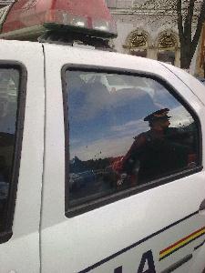 A három lány a rendőrautóban (A szerző felvétele)