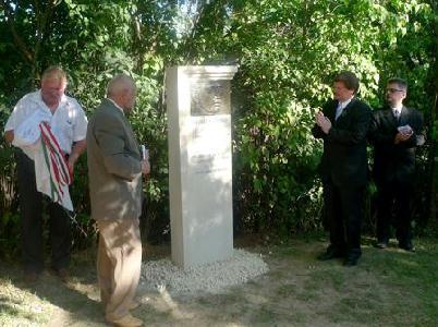 A templomkertben Szép Gyula és Szilágyi Mátyás leplezte le az emlékoszlopot