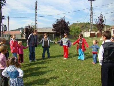 Vidám körjátékok segítségével ismerkedtek egymással a gyermekek