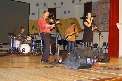 A sepsiszentgyörgyi Nemez zenekar népdalfeldolgozásai hol pajkosak, hol szomorúak voltak – BENDE ATTILA