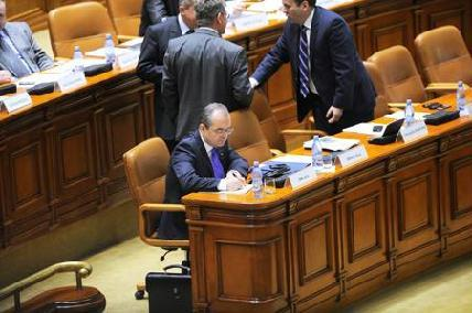 FOTÓ: AGERPRES–Emil Boc miniszterelnök a parlamentben – magányos kormányos