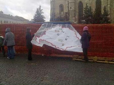 FOTÓ: LURTZ ZSOLT – A diáklányok Nagy-Magyarország térképet próbáltak kifüggeszteni a kerítésre