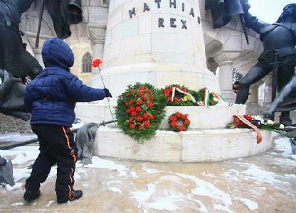 Az ifjú generáció képviselői is lerótták tiszteletüket a város nagy szülöttjének emléke előtt – ROHONYI D. IVÁN