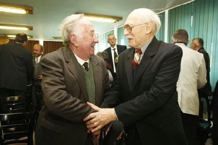 MKE-díjasok gratulálnak egymásnak: Feszt László és Asztalos Lajos – ROHONYI D. IVÁN