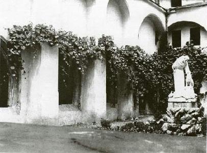 A kolostor történeti jelentőségű tereinek jellegzetes része a belső udvart övező kerengő – ARCHÍV