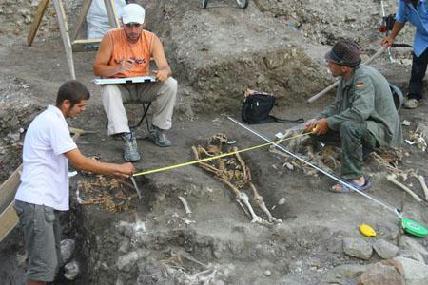 A XI. század utolsó évtizedeiben létrejött temető sírjai már a templom romjai fölött helyezkednek el – ROHONYI D. IVÁN