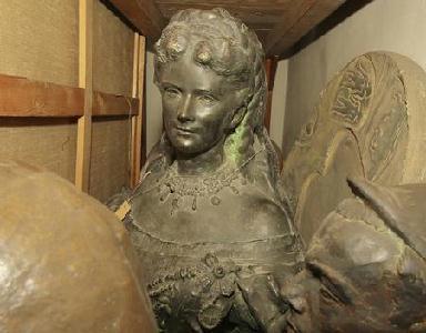Kiszabadulásra vár a legendás hírű királyné csodálatos mellszobra Fotó: Rohonyi D. iván