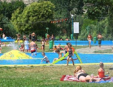 A kedvezőtlen időjárás miatt legfeljebb hétvégeken népesülnek be a strandok - ROHONYI D. IVÁN