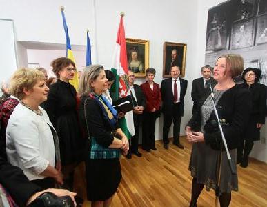 Előtérben, balról: Elisabeth Bánffy, Szebeni Zsuzsa és Nicolette Jelen Bánffy a megnyitón - ROHONYI D. IVÁN