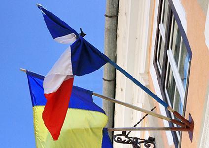 Gyászszalag a Kolozsvári Francia Kulturális Központ homlokzatán lengő francia zászlón – ROHONYI D. IVÁN