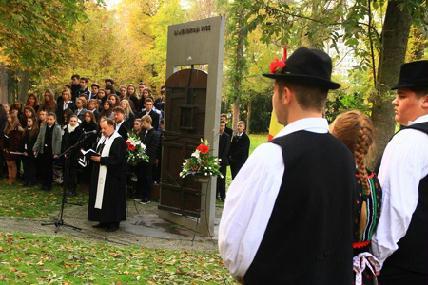 Mintegy ötszázan vettek részt a sétatéri megemlékezésen - ROHONYI D. IVÁN