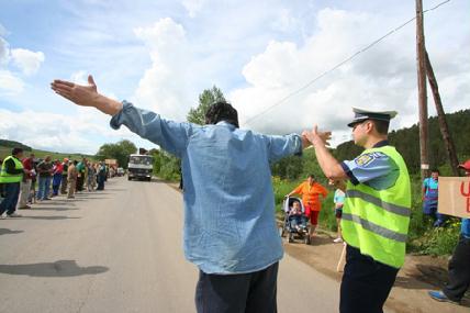 Gyere, gázolj el! – üvöltötte az egyik tiltakozó